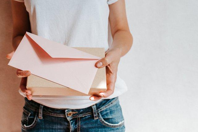 手紙を持つ女性