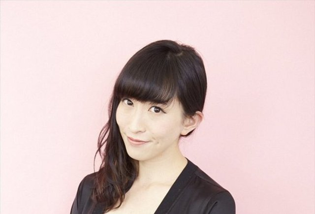 黒い服を着ている声優の名塚佳織
