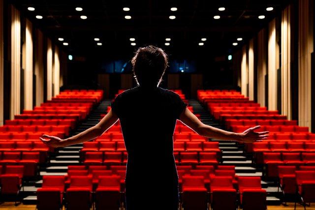 舞台に立つ男性